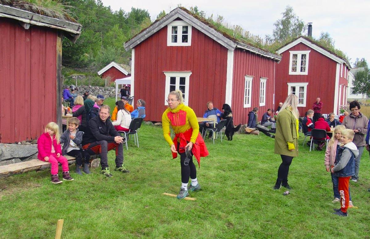 folk i aktivitete på historisk gård - severdighet i Hamarøy aktiviteter