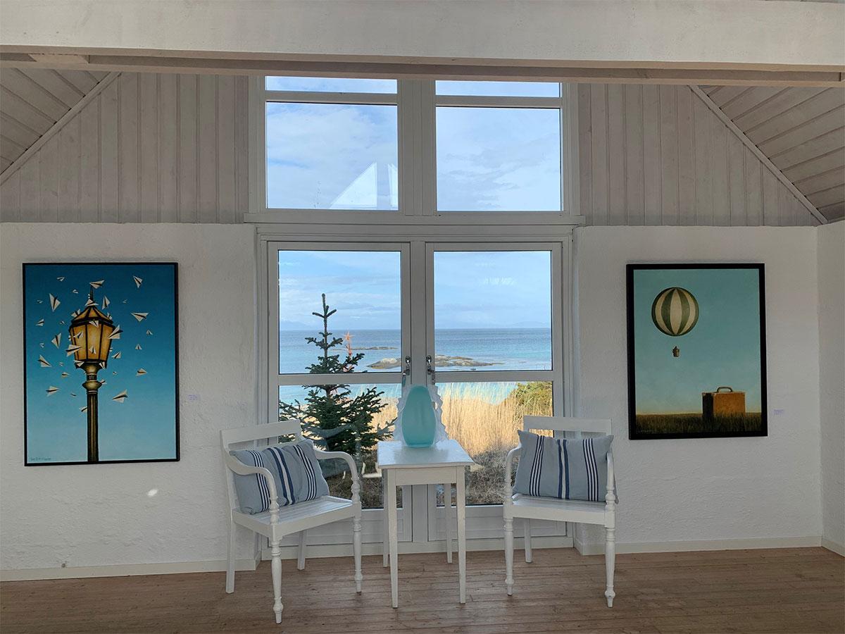 vinduer med havutsikt, malerier og sitteplasser severdighet i Hamarøy