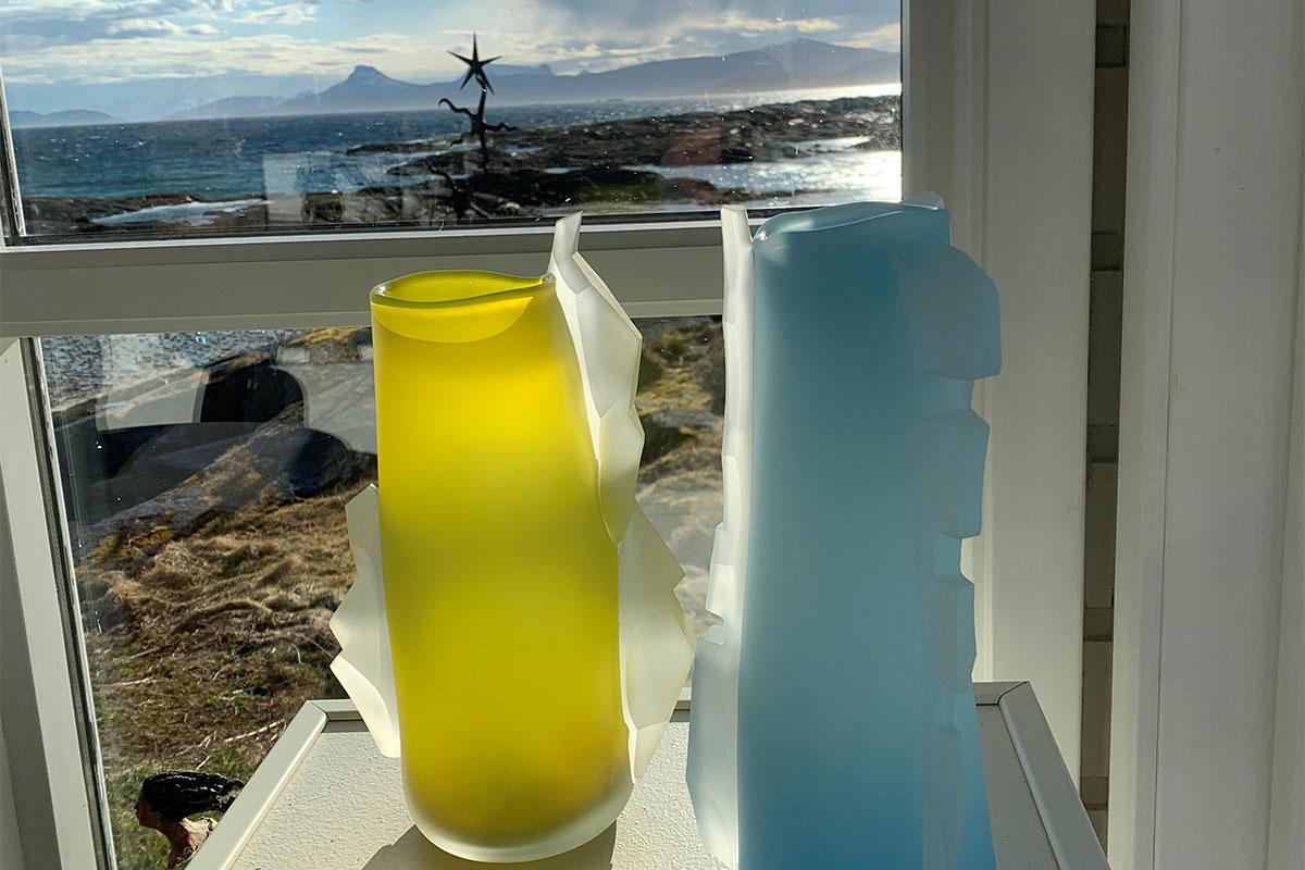 gule og lysblå glaskunst i vinduskarm severdighet i Hamarøy