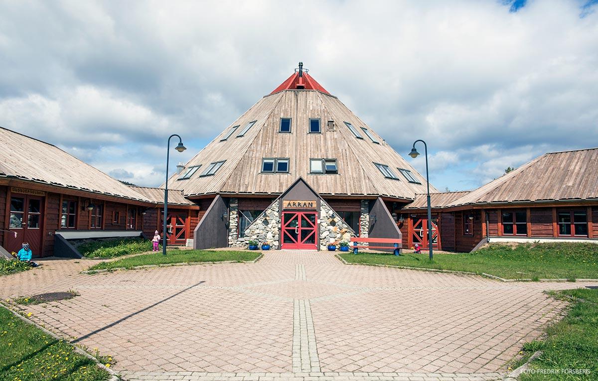 stort bygg i tre so likner på lavvo severdighet i Hamarøy
