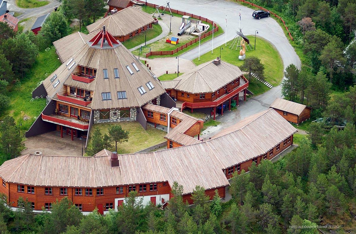 luftbilde av stort bygg i tre severdighet i Hamarøy