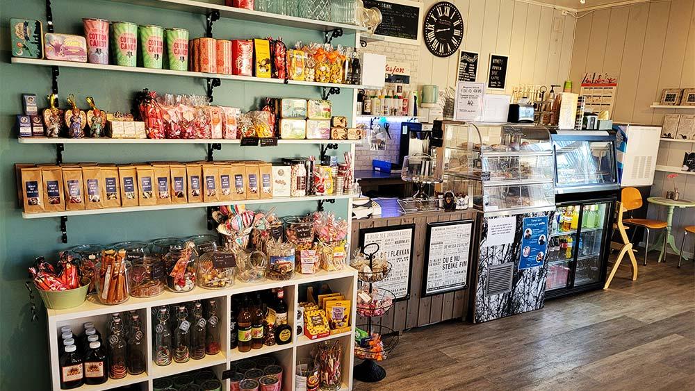 butikkhyller og kaffedisk
