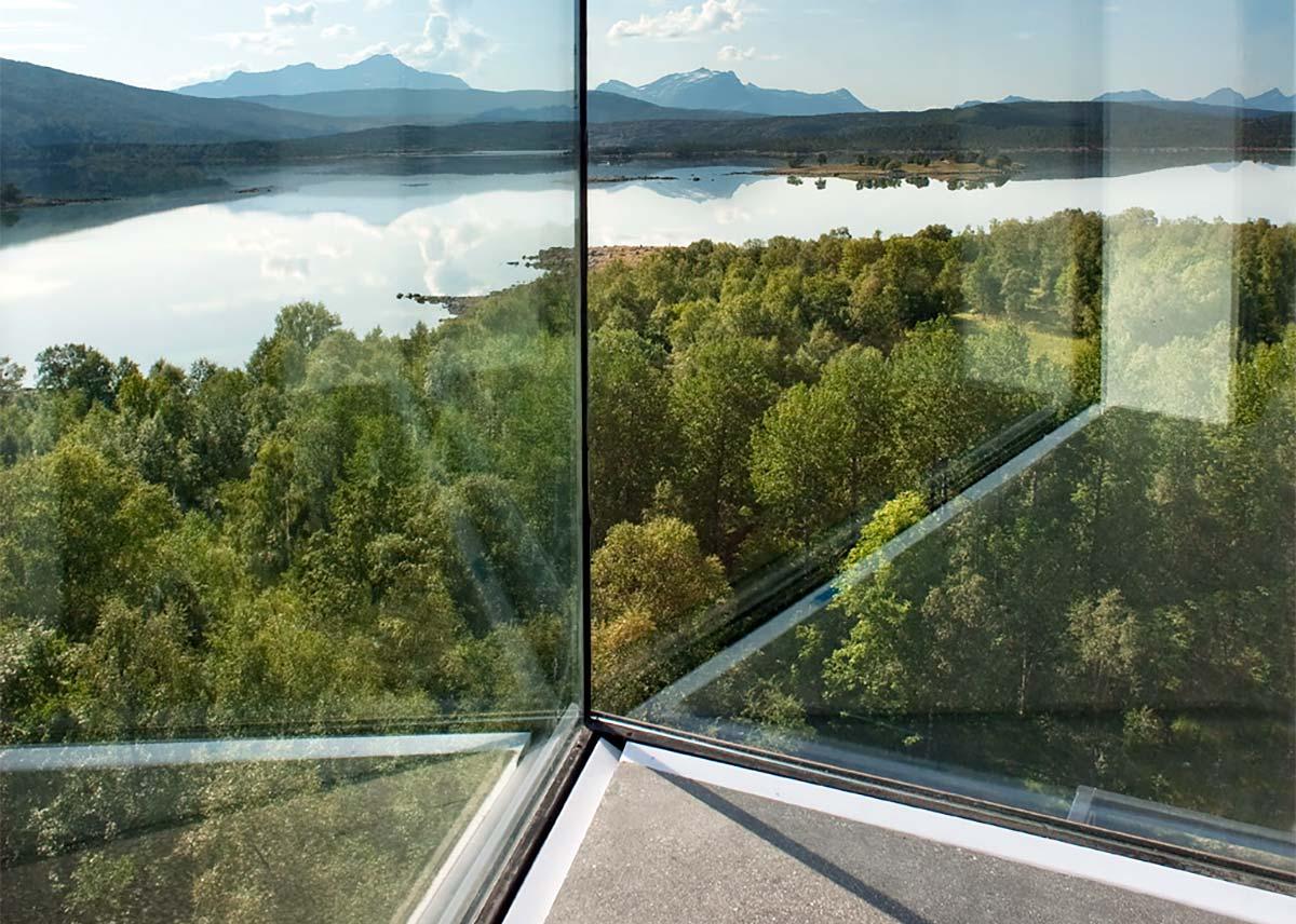 vinduer med utsikt over fjell og vann severdighet i Hamarøy