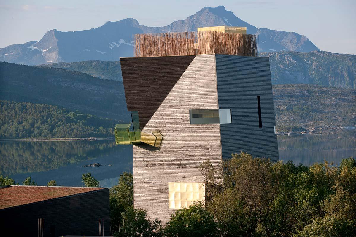 tårn bygg som står i nordnorsk sommer natur severdighet i Hamarøy