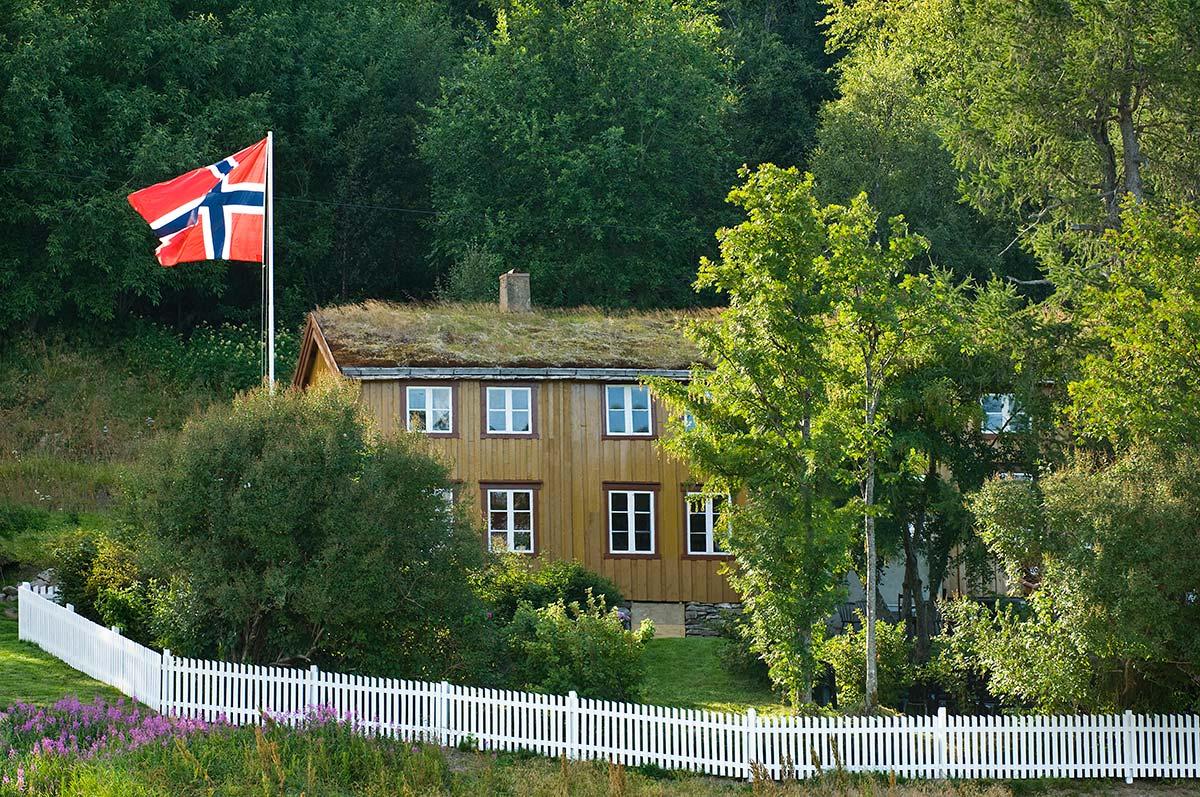 historisk nordlandshus i frodig landskap severdighet i Hamarøy