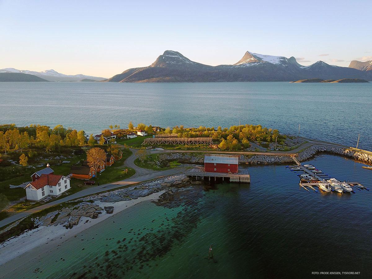 luftbilde, fjord og havn - severdighet i Hamarøy