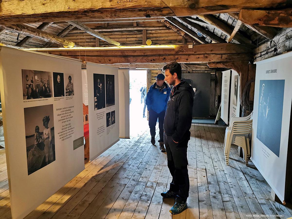 mann foran bilde i utstillingslokale