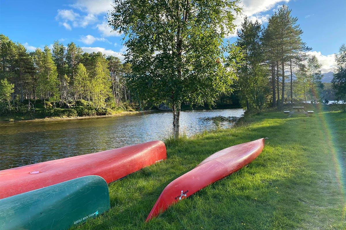 kanu og kajakk ligger i gress i vannkanten aktiviteter i Hamarøy
