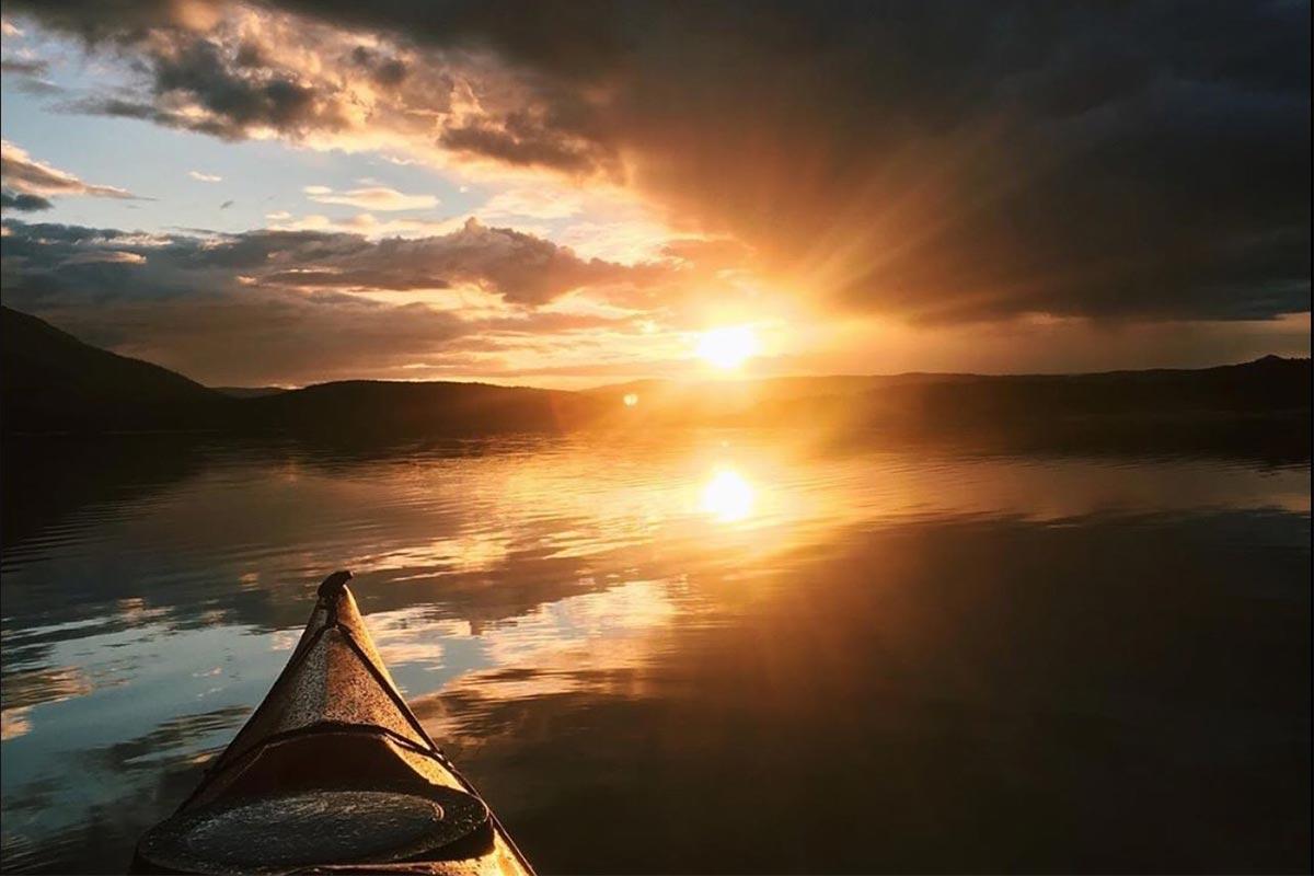 solnedgang sett fra kajakk aktiviteter i Hamarøy