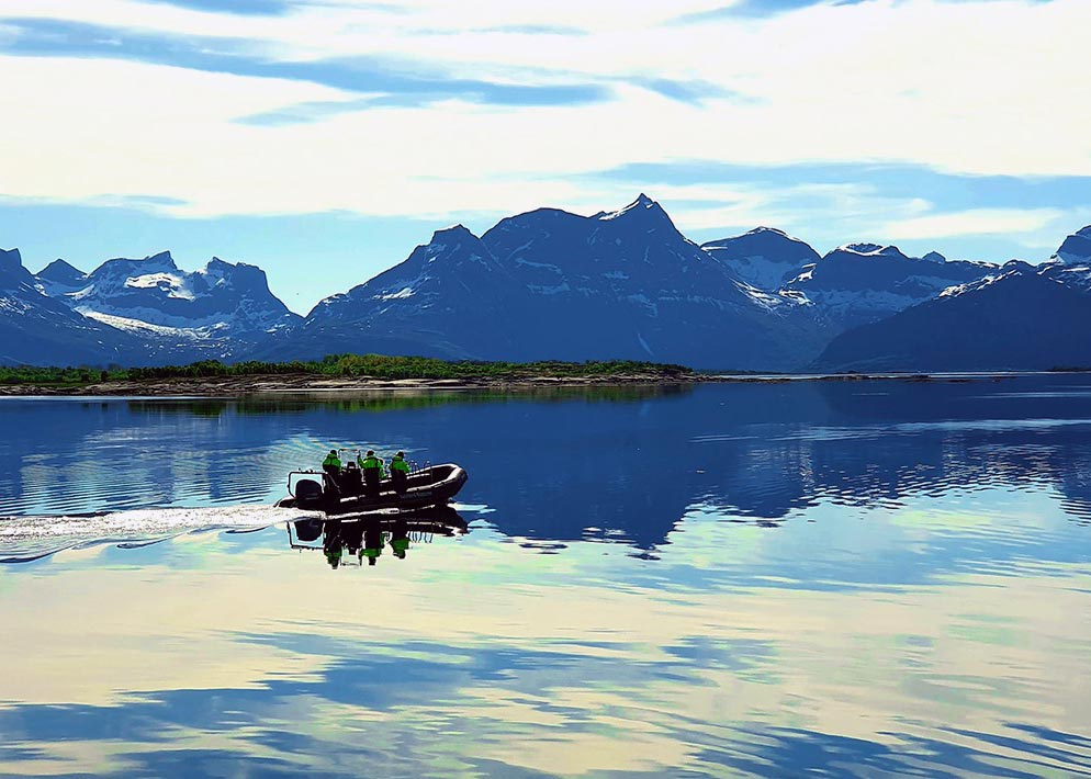 RIB båt på blikkstille fjord aktiviteter i Hamarøy