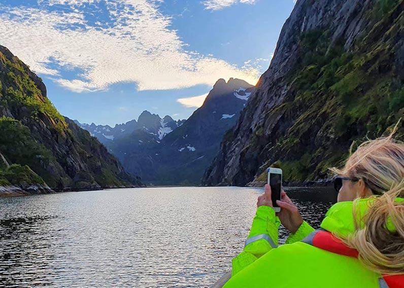 kvinne tar bilde av fjord aktiviteter i Hamarøy